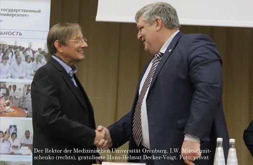 Der Rektor der Medizinischen Universität Orenburg, I.W. Miroschnitschenko (rechts), gratulierte Hans-Helmut Decker-Voigt